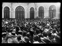 """World War One. Strikes in Paris about the vote of the English week (rest on Saturday afternoons for the fashion workers), and the expensive life, mid-May 1917. Fashion workers at the labour council, listening to the speech of Mr Millerat, secretary of the their clothing union. Photograph published in the newspaper """"Excelsior"""" of Wednesday, May 16, 1917. © Excelsior – L'Equipe/Roger-Viollet"""