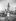 Jeunes femmes se rafraîchissant avec un système de douche improvisée sur un toit. De g. à dr. : June Kennedy, Jeanne Weatherstone, Maureen O'Dea et Penny Calvert. Londres (Angleterre), 28 juin 1949. © TopFoto/Roger-Viollet
