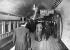 """Voyageurs sur le quai de la station de métro """"Bank Station"""". Londres (Angleterre). © TopFoto/Roger-Viollet"""