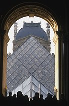 Louvre museum. The Pyramid. Architect : Ieoh Ming Pei (1917-2019). Paris (Ist arrondissement), 2000. © Jean-Pierre Couderc / Roger-Viollet