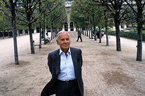 Jean d'Ormesson (1925-2017), French novelist and journalist. Paris, park of the Palais-Royal, on September 12, 1997. © Jean-Paul Guilloteau/Roger-Viollet