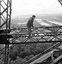 Worker in charge of the maintenance of the Eiffel Tower. © Roger-Viollet
