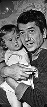 Daniel Gélin (1921-2002), French actor, with his daughter. © Corosi/Roger-Viollet