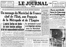 """World War II. Front page of the newspaper """"Journal"""", November 17, 1942 : message from Marshal Pétain; Admiral Darlan deposed of all of his duties and of his nationality to have signed with the American general Clark the agreement of the entry in the war in Africa; battle of Stalingrad (September 1942 - February 1943). © Roger-Viollet"""