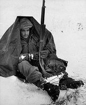 Korean War (1950-1953). Preston McKnight, soldier from the 19th regiment of the US infantry, protecting himself from the cold and the wind in the area of Yoju, on January 10, 1951. © US National Archives / Roger-Viollet
