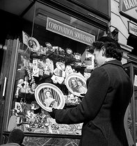 English boutique selling souvenirs of Elizabeth II's coronation, April 1953. © Roger-Viollet