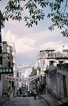 Hongkong (China). A street down from the mosque. 1985. © Marie Mathelin / Roger-Viollet