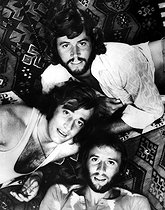 Les Bee Gees : Robin, Maurice et Barry Gibb. © TopFoto / Roger-Viollet