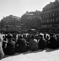 "World War II. Liberation of Paris. Crowd listening to General de Gaulle's speech, broadcasted on the radio ""Le Matériel Téléphonique"" from the Chaillot palace. Paris (IXth arrondissement), Opéra Garnier, September 12, 1944. Photograph by Jean Roubier (1896-1981). © Fonds Jean Roubier/Roger-Vio"