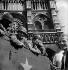 Guerre 1939-1945. Libération de Paris. Soldats américains sur le parvis de Notre-Dame. Paris (IVème arr.), 25 août 1944. © Pierre Jahan / Roger-Viollet