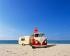 Caravane attachée à un van de Volkswagen, sur une plage, 26 mai 2009. © Ullstein Bild/Roger-Viollet