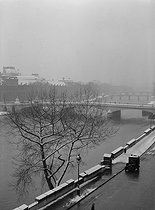 The river Seine, the pont du Carrousel and the Louvre Museum, covered with snow. View from the quai Voltaire. Paris (Ist and VIIth arrondissements), 1942. Photograph by René Giton (known as René-Jacques, 1908-2003). Bibliothèque historique de la Ville de Paris. © René-Jacques / BHVP / Roger-Viollet