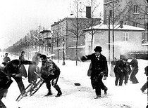 """Snowball fight - 101"". Monplaisir, cours Albert Thomas (former cours Gambetta). Lyon (France), January 31 - February 7, 1897. © Association Frères Lumière/Roger-Viollet"