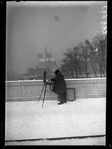 "Painter on the banks of the river Seine, painting the Notre-Dame de Paris Cathedral covered with snow. Paris, December 1938. Photograph from the collections of the French newspaper ""Excelsior"". © Excelsior - L'Equipe / Roger-Viollet"