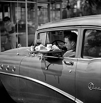Customer of a drive-through. Los Angeles (United States), 1964. © Hélène Roger-Viollet et Jean Fischer/Roger-Viollet