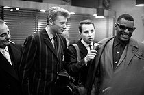 Ray Charles (1930-2004), American singer and musician, Johnny Hallyday (1943-2017), French singer and actor, and Bruno Coquatrix (1910-1979), French theatre manager. © Noa / Roger-Viollet