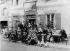 L'auberge-pension Gloannec, à Pont-Aven (Finistère). Paul Gauguin (1848-1903), peintre français (premier rang, deuxième en partant de la gauche). © Albert Harlingue/Roger-Viollet