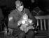 Guerre 1939-1945. Sergent britannique avec son enfant avant le départ pour le front, 1939. © TopFoto/Roger-Viollet