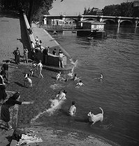 Swimming in the river Seine, near the Pont-Neuf. Paris (Ist arrondissement), circa 1935. © Gaston Paris / Roger-Viollet