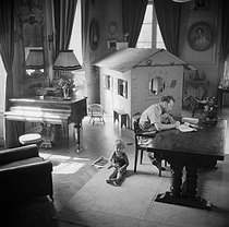 Georges Simenon (1903-1989), Belgian writer and his son, Marc. Fontenay-le-Comte (France), Terre-Neuve castle, 1942. © Gaston Paris / Roger-Viollet