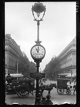 """World War I. Daylight saving time in France, during the night of June 14-15, 1916. Pneumatic clock. Photograph published in the newspaper """"Excelsior"""", on June 14, 1916. © Wackernie / Excelsior - L'Equipe / Roger-Viollet"""