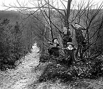 Children having a walk in the Clamart woods, Winter 1904. Photo: Ernest Roger. © Ernest Roger/Roger-Viollet