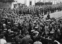 World War One. German prisoners guarded by English soldiers. Saint-Nazaire (France), 1914. © Maurice-Louis Branger/Roger-Viollet