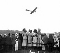 """Spectators of an air show looking at a """"Antoinette"""" monoplane. Trouville (Cavados), 1910.  © Roger-Viollet"""