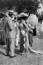 Fashion at the racecourse. Grand Prix of Trouville-Deauville (France), 1908. © Maurice-Louis Branger / Roger-Viollet