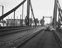 4 CV Renault on the bridge over the Seine giving access to Renault car factory of Seguin island, in Boulogne-Billancourt (Hauts-de-Seine), about 1946-1948. © Pierre Jahan/Roger-Viollet