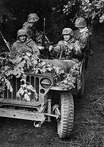 World War II. Front of Normandy, July 12, 1944. German jeep taken by German soldiers. © LAPI/Roger-Viollet