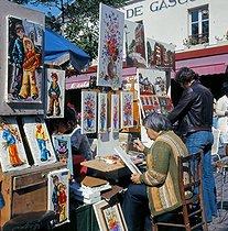 Painters and onlookers at the place du Tertre, in the district of Montmartre. Paris (XVIIIth arrondissement), 1970's. © Collection Roger-Viollet / Roger-Viollet