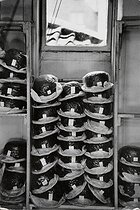 Lock & Co Hatters. Bowler hats about to be delivered. London (England), 6 Saint James Street, 1959. © Jean Mounicq/Roger-Viollet