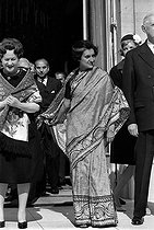 Indira Gandhi (1917-1984), Indian politician, during a visit in France, greeted at the Elysee palace. On the left : Mrs Yvonne de Gaulle. On the right : the General de Gaulle and Mrs Claude Pompidou. Paris, March 1966. © Roger-Viollet