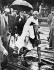 Le Mahatma Gandhi (1869-1948), homme politique indien, à son arrivée à Folkstone (Angleterre). 12 septembre 1931. Photo Dinodia. © TopFoto / Roger-Viollet