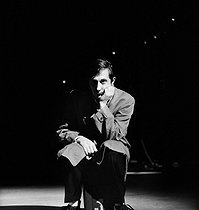 "Jean Rochefort in the play ""Loin de Rueil"" of Raymond Queneau. Paris, National theatre of Paris, november 1961. © Studio Lipnitzki/Roger-Viollet"