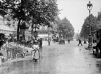 World War One. Woman cleaning a street with a hosepipe. Paris. © Maurice-Louis Branger/Roger-Viollet