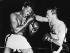 Match de boxe de Ray Sugar Robinson (1920-1989) face à Carmen Basilio (à dr.), boxeurs américains, au cour duquel Robinson regagna le titre mondial des poids moyens. Chicago (Etats-Unis), 25 mars 1958. © Ullstein Bild / Roger-Viollet