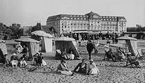 The beach. Deauville (Calvados), around 1900. © CAP / Roger-Viollet