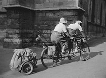 Tandem with a small trailer. Les Sables d'Olonne (France), 1937. © Collection Roger-Viollet/Roger-Viollet