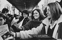 "Distribution of leaflets for Gisèle Halimi, candidate for the XVth arrondissement of Paris, during the election campaign of the women's ""Choisir"" electoral programme. Commerce-Dupleix market. Paris (XVth arrondissement), on February 26, 1978. Photograph by Janine Niepce (1921-2007). © Janine Niepce / Roger-Viollet"