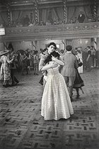 Young couple dancing at the Chelsea Art Ball. London (England), 1959. © Jean Mounicq/Roger-Viollet