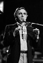 Charles Aznavour (1924-2018), Armenian-born French singer-songwriter and actor, during a TV program, May 1981. © Carlos Gayoso / Roger-Viollet
