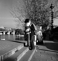 Couple kissing on the banks of the river Seine. Paris, November 1976. © Roger-Viollet