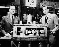Charles Hard Townes (1915-2015) et James P. Gordon (1928-2013), physiciens américains, présentant leur horloge atomique de l'université Columbia, New York (Etats-Unis), 1955.      © Jacques Boyer / Roger-Viollet
