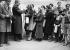 Guerre 1939-1945 (débuts). Distribution de masques à gaz.  © LAPI/Roger-Viollet