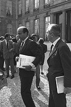 Alain Juppé, minister of State for the minister of Finance, with Edouard Balladur, minister of Finance and Privatization. France, on September 16, 1987.  © Jean-Régis Roustan/Roger-Viollet