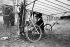 Alberto Santos-Dumont (1873-1932), aéronaute et aviateur brésilien, dans la nacelle de son aéroplane. 1908. © Maurice-Louis Branger/Roger-Viollet