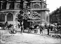 Loading of baskets at the Halles, in front of the Saint Eustache church. Paris, around 1900. © Jacques Boyer/Roger-Viollet