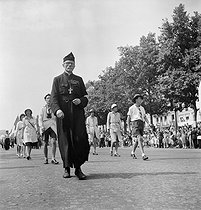 World War II. Liberation of Paris. Victory parade. Chaplain and scouts going down the Champs-Elysées. Paris (VIIIth arrondissement), on August 26, 1944. Photograph by Jean Roubier (1896-1981). © Fonds Jean Roubier/Roger-Vio